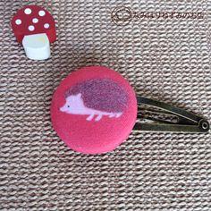 色えんぴつとパステルで描いたハリネズミのイラストを、くるみボタンのパッチン留めにしました。同柄のポストカード1枚プレゼントします。直径3cm、ピン長さ約5cm...|ハンドメイド、手作り、手仕事品の通販・販売・購入ならCreema。