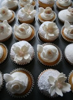 White wedding cupcakes with fondant flowers #wedding #cupcakes #white #weddingcupcakes #springwedding
