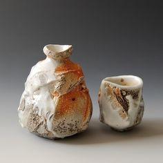 Akira Satake: guinomi, tokkuri sake bottle and cup Slab Pottery, Ceramic Pottery, Pottery Art, Korean Pottery, Japanese Pottery, Ceramic Mugs, Ceramic Art, Ceramic Bowls, Stoneware