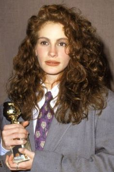Julia Roberts - Not so much loving the suit but her makeup is amazing. Cabello Julia Roberts, Julia Roberts Hair, 90s Hairstyles, Wedding Hairstyles, Curly Hair Styles, Natural Hair Styles, Peinados Pin Up, 80s Hair, Wavy Hair