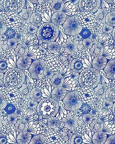 Muster des kühlen Farbtyps sind zurückhaltend. Meist tendiert er zu klassischen und geometrischen Mustern wie Großer Hahnentritt, klares Karo, Glencheck, Zebramuster, Pepita, Nadelstreif kombiniert mit den dezenten Farben seiner Palette. Er erzeugt klare Kontraste durch große Flächen in Uni. Seine Extravaganz drückt er durch in den Stoff eingearbeitete Musterungen aus, die er bevorzugt mit allen kräftigen Farben seiner Farbpalette trägt;  Kerstin Tomancok / Farb-, Typ-, Stil & Imageberatung