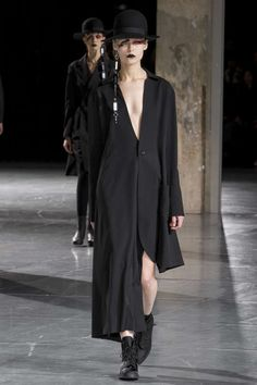 Runway / Yohji Yamamoto / Paris / Herbst 2017 / Kollektionen / Fashion Shows / Vogue
