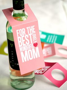 "Wer zum Muttertag einen guten Tropfen verschenkt, kann mit individuellen Flaschenetiketten seinem Geschenk eine persönliche Note geben (Crafts, DIY, Inspiration, easy, crafting, pink) >> ""For the Best Mom"" printable Mother's Day bottle tag - great #wine gifting idea!"