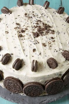 Cookies and Cream Sheet Cake Recipe: This easy to make sheet cake starts with a white cake mix. Add crushed Oreo cookies and a creamy vanilla frosting and you have a delicious dessert that's perfect for taking to potlucks and sharing with friends. Cupcakes, Cupcake Cakes, Just Desserts, Dessert Recipes, Oreo Cake Recipes, Cheesecake Desserts, Raspberry Cheesecake, Baking Desserts, Pumpkin Cheesecake