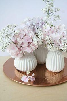 25+ DIY Deko Ideen zu Ostern, weiße Vasen mit Hortensien und Schleierkraut, Tischdeko mit Blumen