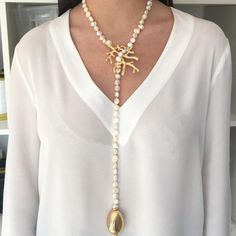 Collar largo y abierto de perlas de rio engarzadas en una rama de coral bañada en oro mate y terminadas en una lágrima de resina dorada a juego Cuidados No lim