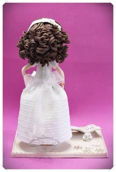 Fofucha con su vestido de comunión hecho en goma eva (no es tela) y con los detalles de organza. Su diadema también es de goma eva, forrada de organza, con unos detalles de puntilla y unas flores hechas a mano  www.xeitosas.com