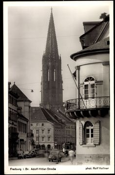 Adolf-Hitler-Straße Freiburg 1940er    Postkarte der Adolf-Hitler-Straße in Freiburg mit Blick zum Münster. Ansicht aus der heutigen Zähringerstraße die damals auch diesen Namen trug.  Die heutige Kaiser-Joseph-Straßewurde 1936 zusammen mit ihren Verlängerungen nach Norden (Zähringers