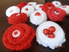 мартеници - Google Search Baba Marta, Crochet Flowers, Gift Wrapping, Gifts, Google, Crocheted Flowers, Paper Wrapping, Wrapping Gifts, Crochet Flower