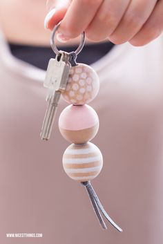 Make DIY keychain with wooden beads yourself / gift idea to move in: Bread & Salt - Nicest Things * Nicest Things – Food, Interior, DIY: Bread, Salt & DIY Keychains – 12 GOLD Party Favor Tips Diy Keyring, Bead Keychain, Keychain Ideas, Wooden Keychain, Bead Crafts, Diy Crafts, Bijoux Diy, Wooden Beads, Clay Jewelry