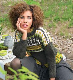 Пуловер спицами с ярким жаккардовым узором