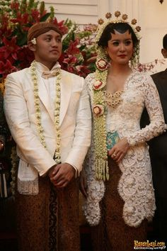 Fitness gift ideas [for beginners and freaks] Javanese Wedding, Indonesian Wedding, Kebaya Wedding, Wedding Dresses, Traditional Wedding, Traditional Dresses, Kebaya Jawa, Indonesian Kebaya, Model Kebaya