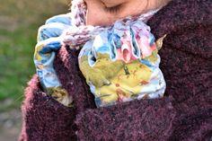 """Guantes con la imagen central del famoso tríptico de El Bosco """"El Jardín de las delicias"""" - Gloves with the central image of the famous Bosch triptych """"The Garden of Earthly Delights"""" · Garden Of Earthly Delights, Baby Car Seats, Gloves, Children, Clothing, Prints, Image, Products, Young Children"""