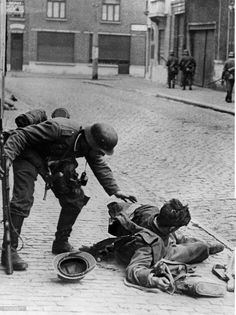 campaign in the west (battle of France) street fight in a french town - german soldier caring about an injured french Soldier. without further information, end of May 1940 - pin by Paolo Marzioli Ww2 Pictures, Ww2 Photos, Military Pictures, German Soldiers Ww2, German Army, Man Of War, Street Fights, Total War, French Army