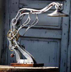 Socrate lampe de table cinétique créée par deux jeunes et designers Ioannis et Christos Makris. Ioannis est peintre et sculpteur, Christos ingénieur  électronicien. En 2000, ils ont ouvert leur atelier à Thessalonique sous le label Makris Bro & Co. Leur objectif : concevoir et fabriquer des objets sur mesure uniques, ou en édition limitée. Leur meubles et lampes sont faits à la main et produits en faible quantité, en utilisant la découpe au laser, ou à commande numérique et le moulage au…