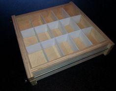 USTED RECIBIRÁ TODO LO QUE VER EN CUADRO; Otro jabón molde o cortador están disponibles, por favor ver mis otros anuncios.  18 bar plegables molde de bandeja de madera con separadores de polietileno de alta densidad desmontable Molde para hacer hasta 5 libras frío o caliente proceso de jabón.  Barras de medida de la voluntad; 2 1/4 ancho X 3 5/8 de largo y hasta 1 5/8 de profundidad.   Si alguna vez alguna discrepancia con su pedido, por favor ponerse en contacto conmigo inmedi...