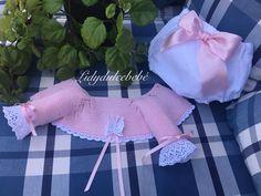 Lidy Dulce bebé. Crochet Cardigan, Knit Crochet, Tricot Baby, Baby Knitting, Baby Dress, Ruffle Blouse, Baby Shower, Children, Gilets