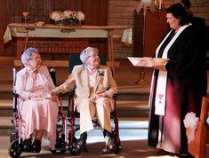 Sur cette photo du 6 septembre 2014, le révérend Linda Hunsaker marie Vivian Boyack (à gauche) et Alice Dubes (au centre), à Davenport dans l'Iowa. Plus de soixante-dix ans après le début de leur relation, Boyack, 91 ans et Dubes, 90 ans, ont enfin pu officialiser leur union.