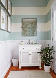 Baño con papel pintado de rayas blanco y azul #decoración   #pared #vintage