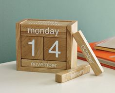Wooden-perpetual-calendar, the perfect desk calendar.