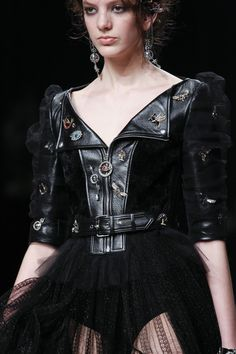 See detail photos for Alexander McQueen Fall 2016 Ready-to-Wear collection.