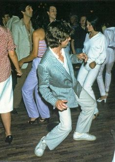 Mick Jagger dancing at Studio 54 with Linda. Mick Jagger Dancing, Studio 54 New York, Studio 54 Fashion, Studio 54 Style, 1969 Fashion, Mode Disco, Moves Like Jagger, Estilo Rock, Disco Party