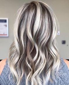 blacklight cool tone & extra blonde 20 vol moving up to 30 vol on my last section all with 👼 of… Brown Hair With Blonde Highlights, Blonde Hair Looks, Hair Color Highlights, Chunky Highlights, Caramel Highlights, Dramatic Highlights, Medium Hair Styles, Curly Hair Styles, Hair Color And Cut