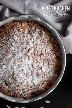 Besuch hat sich kurzfristig angemeldet oder du bist spontan eingeladen und brauchst noch schnell einen leckeren Kuchen? Dieser einfache Apfelkuchen ist in 5 Minuten zubereitet und kann dann direkt in den Ofen. 🍎 #sallys #sallyswelt #sallysweltrezept #rezept #recipe #apfelkuchenrezepteinfach #apfelkuchenrezeptschnell #schellerkuchen #kuchenrezeptschnell #kuchenmitapfel #applepierecipe #apfelkuchensaftig #kuchenausdemmixer #lastminutecake #applecake #kuchenrezepteinfach #apfelkuchenselberbacken Oatmeal, Pie, Breakfast, Desserts, Food, Yummy Cakes, Bakken, Apple Pie Recipe Easy, Fast Recipes
