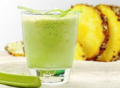 Jugo de piña y apio te ayudará a eliminar grasa, además esta bebida es diurética, elimina radicales libres y suministra energía.