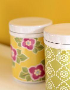 Bonbons und Süßigkeiten verschwinden in den dekorativen Porzellandosen.