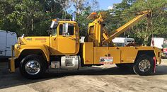 CLASSIC MACK WITH A HOLMES 750 STILL ON THE JOB IN PUERTO RICO .