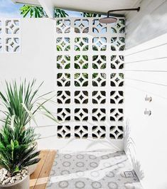 2 things our new house will definitely have ~ breeze blocks and an outdoor shower! Our muse house 28 Outdoor Shower Ideas with Maximum Summer Vibes Exterior Design, Interior And Exterior, Wall Exterior, Outdoor Spaces, Outdoor Living, Breeze Block Wall, Outdoor Bathrooms, Outdoor Showers, Casa Cook