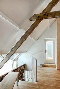 ilia estudio interiorismo: Nuevamente el blanco y la cálida madera en un Loft de dos alturas
