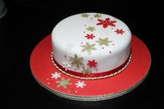 Red and gold christmas cake Christmas Themed Cake, Christmas Cake Designs, Christmas Cake Decorations, Christmas Cupcakes, Christmas Sweets, Holiday Cakes, Christmas Goodies, Christmas Baking, Xmas Cakes