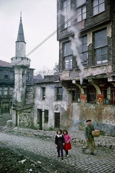 The Magnum photographer Ara Güler was born in Istanbul in 1928 to ethnic Armenian parents. His images of his home city take viewers back in time through an Istanbul that has changed at breakneck speed Istanbul City, Istanbul Turkey, Rotterdam, Istanbul Pictures, Fotojournalismus, Empire Ottoman, Paris Match, Foto Art, Thats The Way