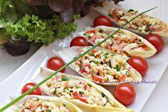 Dietetyczne łódeczki z sałatkąkilka listków cykorii 1 puszka tuńczyka w zalewie własnej 1 czerwona cebula 2 jajka ugotowane na twardo 1 pomidor kilka rzodkiewek około 1/2 pęczka szczypiorku sól, pieprz do smaku kilka pomidorków koktajlowych Polish Recipes, Tasty Dishes, Bruschetta, Food Photo, Pasta Salad, Food And Drink, Healthy Recipes, Healthy Food, Diet