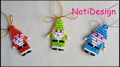 Hola amigos, aqui teneis un nuevo tutorial unos super bonitas Santa Claus para adornar vuestro arbol, para colgante de vuestra cartera o para el movil, si os... Pony Bead Patterns, Perler Patterns, Beading Patterns, Christmas Jewelry, Red Christmas, Christmas Crafts, Beaded Ornaments, Xmas Ornaments, Pony Bead Crafts
