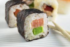 Ein einfaches und schnelles Rezept für leckeres Sushi finden Sie hier. Die California Roll ist ein Klassiker, den Sie probieren sollten.