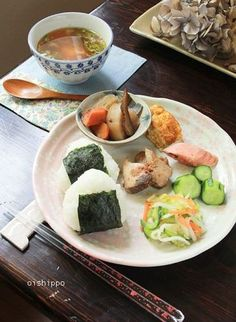 The dish of a fish and vegetables 、Rice ball Japanese Dishes, Japanese Food, Breakfast Soup, Bento Recipes, Asian Recipes, Ethnic Recipes, Food Combining, Asian Cooking, Healthy Meals For Kids
