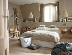 Chambre nature, lambris bois pour tête de lit, caisse fixé au mur comme étagère ou table de chevet, suspension nature et bois en déco