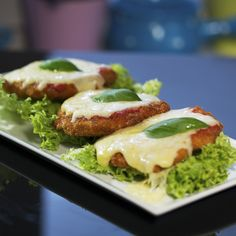 Here's how to make some really memorable chicken fritters! First shape them, and coat them with flour, breadcrumbs, and whisked egg. Next, deep-fry, and top them with tomato sauce and shredded mozzarella. Slide the meatballs in the oven so the mozzarella can melt, and serve them with a good sauce! Be sure to make enough, because you'll finish them in no time!