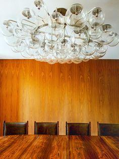 Lustre de Vidro em Sala de Jantar de Madeira