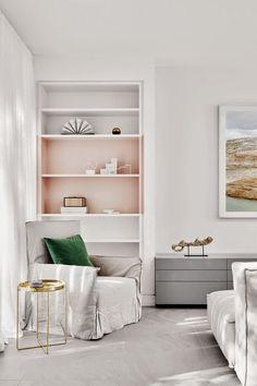 Un salón decorado en blanco y colores pastel · A white & pastel color palette livingroom