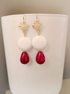 Orecchini a goccia, orecchini corallo, orecchini rossi, orecchini argento 925, orecchini agata rossa, orecchini argento dorato di LesJoliesDePanPan su Etsy