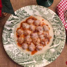 En güzel mutfak paylaşımları için kanalımıza abone olunuz. http://www.kadinika.com Ekşili köftemiz için malzemeler 300 gr. Kıyma 1 fincan ince bulgur 1 fincan kırık pirinç 1 adet kuru soğan  1 limon suyu 1 yumurta sarısı yarım su bardağı un tereyağ karabiber tuz  Yapılışı rendelenmiş soğan kıyma yıkanmış pirinç bulgur karabiber ve tuzu bir kaba alıp yoğurun.köfteden minik parçalar alarak yuvarlayın ve unlanmış tepsiye dizin. Diğer tarafta yaklaşık 4 su bardağı suya tuzunu ilave ederek…