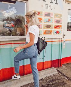 46 Lazy Street Style Ideas For Moms - Global Outfit Experts Street Style Outfits, Mode Outfits, Jean Outfits, Casual Outfits, Fashion Outfits, Ootd Fashion, Trendy Fashion, Fashion Ideas, Outfit Jeans