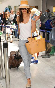 Si Alessandra Ambrosio domina los street style, los looks de aeropuerto tampoco se le resisten. Sencilla pero muy estilosa con unos pantalones capri en gris, tank top blanco y accesorios nude que incluyen unas alpargatas, bolso de mano y sombrero.