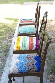 Mismatched dining room chairs with crochet covered seats -- cute idea :-) / I would prefer a different pattern and colors, but cute idea. Crochet Home Decor, Crochet Crafts, Crochet Projects, Stool Covers, Seat Covers, Mismatched Dining Room, Crochet Furniture, Crochet Cushions, Chair Cushions