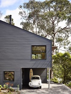 Lorne Hill House is a minimalist house located in Lorne, Australia, designed by Will Harkness Architecture. This compact holiday home in Lorne, Victoria was designed for a recently retired couple and their adult family. Steel Framing, Family Friendly Holidays, Casas Containers, Exterior Cladding, Decoration Inspiration, House On A Hill, Cabana, Black House, My Dream Home