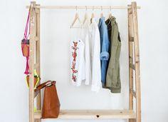 Maak in vier stappen van een oude dubbele ladder een gave kledingkast. Of schoenenkast. Of boekenkast. You name it. Kapstok?